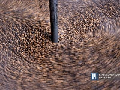 The quality of the coffee depends on the mixture of sugar, salt and margarine during the roasting. – The Malaysian Insight pic by Irwan Majid, January 20, 2020.