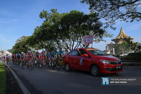 The peloton follow the race commissar's car during the stage 1 of the Le Tour de Langkawi in Kuching, Sarawak. – The Malaysian Insight pic by Afif Abd Halim, February 7, 2020.