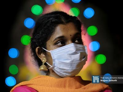 女信徒戴着口罩到黑风洞参与大宝森节盛典。(摄影:Najjua Zulkefli)