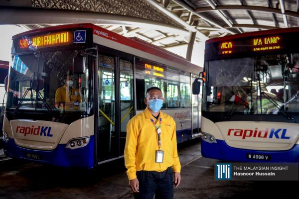 拉沙希杜(38岁)是RapidKL巴士司机,驾驶509号路线,即Sg Long至Lebuh Pudu,在行动限制令期间的使命是载送打工仔往返家与公司。(摄影:Hasnoor Hussain)