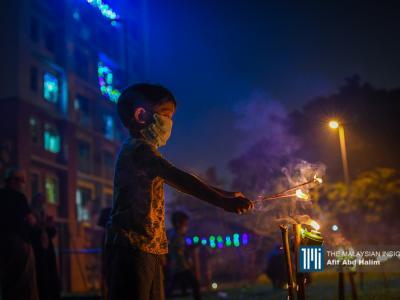 尽管不能回乡,开斋节仍少不了点燃土油灯的习俗。(摄影:Afif Abd Halim)