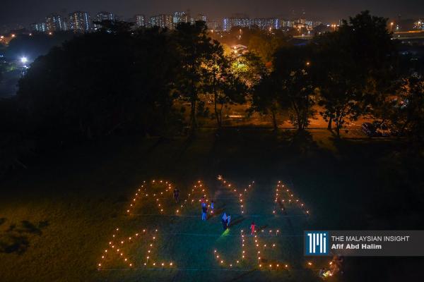 """""""在吉隆坡过节吧!"""",游子们透过土油灯劝告游子乖乖留在原处。(摄影:Afif Abd Halim)"""