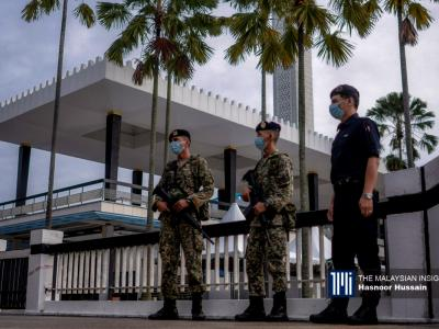 Police and armed forces patrol the perimeter of the National Mosque in Kuala Lumpur. – The Malaysian Insight pic by Hasnoor Hussain, May 24, 2020.