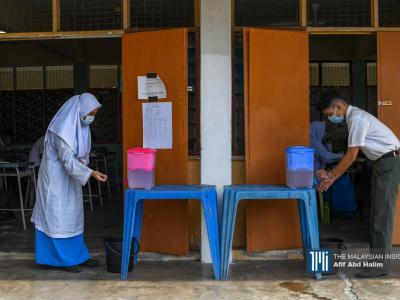 Pelajar mencuci tangan di luar kelas mereka di SMK Selayang Bahru, Kuala Lumpur. - Gambar The Malaysian Insight oleh Afif Abd Halim, 24 Jun, 2020.