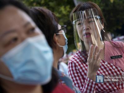 Seorang guru memakai alat pelindung muka di SMA Kota Kinabalu, Sabah. – Gambar The Malaysian Insight oleh Irwan Majid, 24 Jun, 2020.