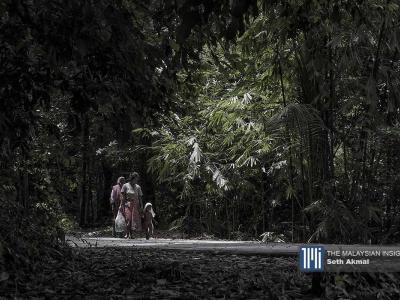 Keluarga suku Temuan di Kampung Orang Asli di Serendah, Selangor. – Gambar The Malaysian Insight oleh Seth Akmal, 16 Julai, 2020.
