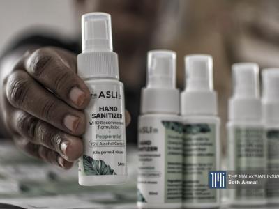 Cecair pembasmi kuman buatan wanita dipamerkan untuk dijual di Kampung Orang Asli di Serendah, Selangor. – Gambar The Malaysian Insight oleh Seth Akmal, 16 Julai, 2020.