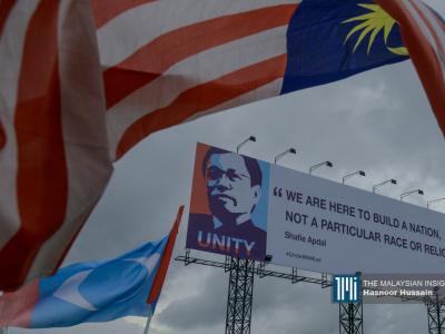 前首席部长沙菲益阿达以民兴党+颜色绘制的肖像广告牌在横跨亚庇主要道路上非常显著。(摄影:Hasnoor Hussain)