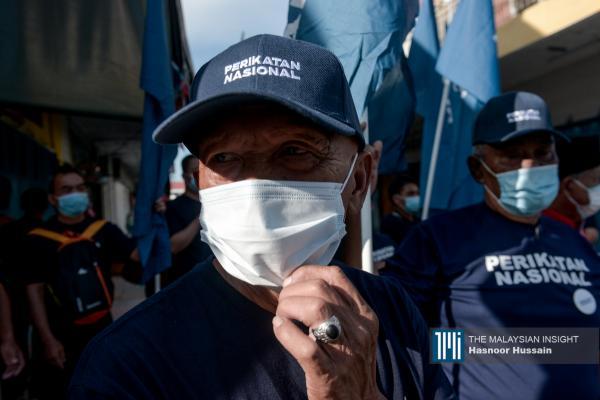 支持者戴着口罩,仍在烈日当空下为候选人摇旗呐喊。(摄影:Hasnoor Hussain)