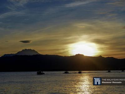 选举委员会官员乘搭船艇至Pulau Gaya国小投票站。(摄影: Hasnoor Hussain)