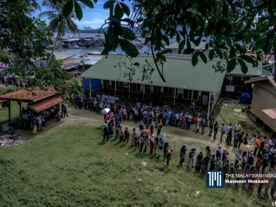 数百名选民于早上7时前已在沙巴亚庇Pulau Gaya国小投票站外等候,以投下神圣的一票。(摄影: Hasnoor Hussain)