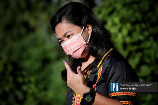 兵南邦圣约瑟国小投票站的一名选民在完成投票后,展示已着墨的手指。(摄影: Irwan Majid)