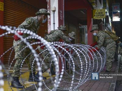Soldiers erecting razor wire around Plaza Hentian Kajang to implement the EMCO after 63 cases of Covid-19 in Kajang, Selangor, were reported. – The Malaysian Insight pic by Nazir Sufari, October 28, 2020.
