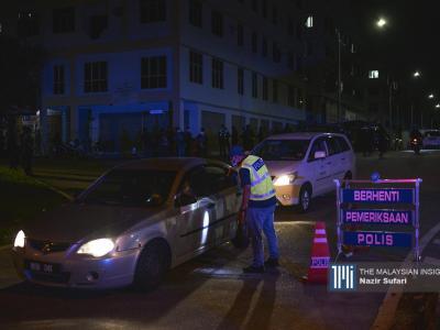 多辆轿车赶在封锁前速离开,但遭到警方得查问。(摄影:Nazir Sufari)
