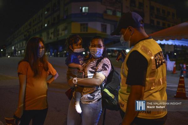 一些居民外出回去时遇到警察路障,被告知回家后就被禁止离开有关范围。(摄影:Nazir Sufari)