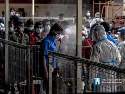 封锁范围内,可见多名穿上防护服的医务人员,以及在晚班12点下班后返回宿舍的外籍劳工。(摄影:Hasnoor Hussain)