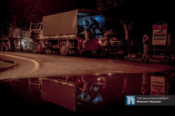 17日凌晨起,军警已大军开入加强版限行令区。(摄影:Hasnoor Hussain)