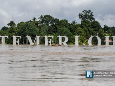 Sebahagian papan tanda 'Temerloh' terendam etika banjir di daerah Pahang. – Gambar The Malaysian Insight oleh Hasnoor Hussain, 9 Januari, 2021.