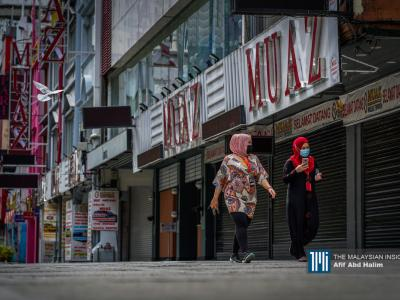 Women walking past shops shuttered during the second movement-control order in Kuala Lumpur. – The Malaysian Insight pic by Afif Abd Halim, January 14, 2021.