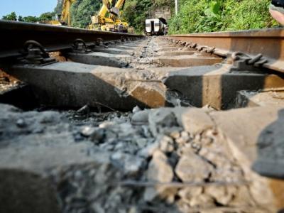 台铁408次太鲁阁号2日上午行经花莲大清水隧道时发生出轨意外,造成严重死伤。(图:法新社)