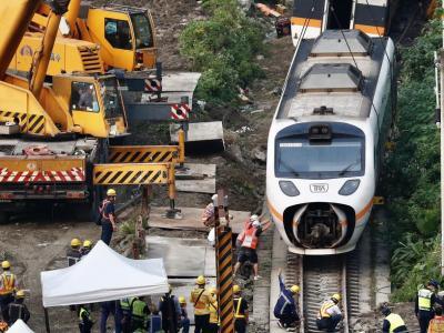 大型吊车3日上午抵达事故现场,将列车最后一节车厢拖离隧道口。(图:欧新社)