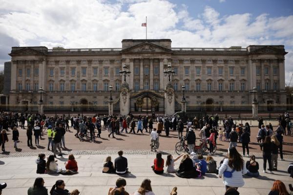 英国白金汉宫下半旗。(图:法新社)
