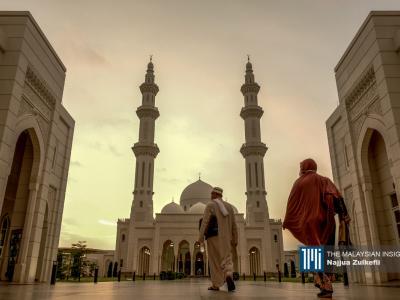 Malaysian Muslims arrive at Sri Sendayan mosque to perform first Tarawih prayers on the eve of Ramadan in Seremban, Negri Sembilan. – The Malaysian Insight pic by Najjua Zulkefli, April 13, 2021.