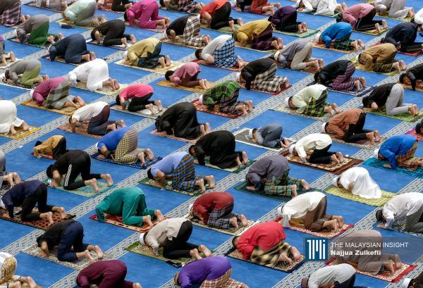 Malaysian Muslims maintaining social distance as they perform first Tarawih prayers on the eve of Ramadan at Sri Sendayan mosque in Seremban, Negri Sembilan. – The Malaysian Insight pic by Najjua Zulkefli, April 13, 2021.