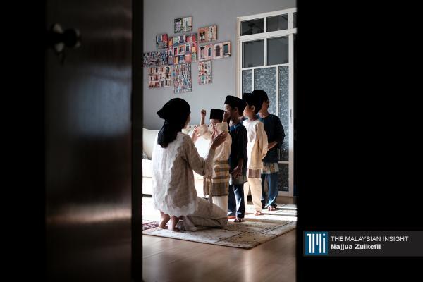 Kanak-kanak memakai baju Melayu untuk menyambut Aidilfitri di rumah mereka di Petaling Jaya, Selangor. – Gambar The Malaysian Insight oleh Najjua Zulkefli, 13 Mei, 2021.