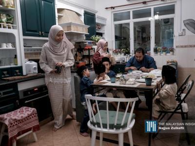 疫情严峻,无法回到家乡与家人见面,在家里简单用餐。(摄影:Najjua Zulkefli)