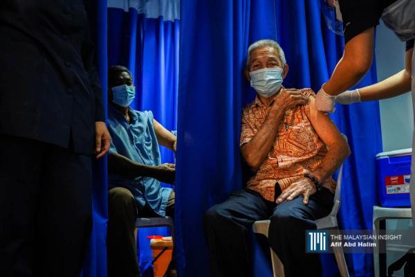 一名长者正在施打首剂疫苗,众所周知,年长者若感染冠病,引发严重疾病的可能性较高。(摄影:Afif Abd Halim)