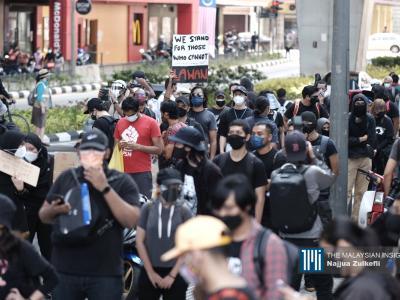 Walaupun jalan raya disekat dan kehadiran ramai anggota polis, orang muda berpakaian hitam mula berkumpul di Stesen LRT Masjid Jamek sejak 10.30 pagi. – Gambar The Malaysian Insight oleh Najjua Zulkefli, 31 Julai, 2021.