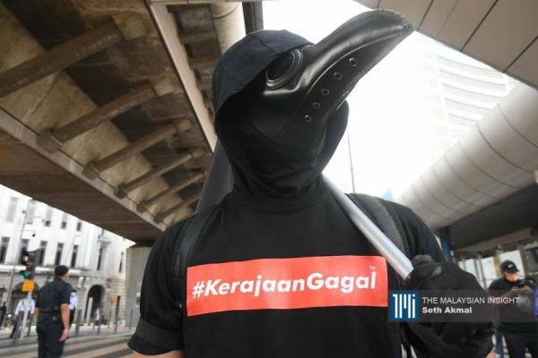 """黑衣人""""全副武装""""出席和平示威。(摄影:Seth Akmal)"""