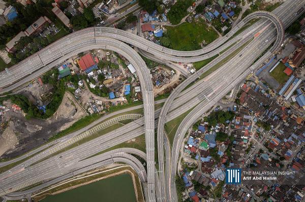 Taman di KLCC ditutup semasa perintah kawalan pergerakan berkuat kuasa. – Gambar The Malaysian Insight oleh Afif Abd Halim, 1 Ogos, 2021.