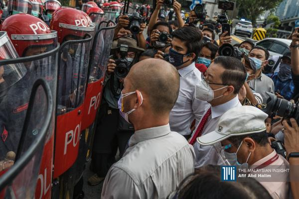 Lawmakers come up against a wall of riot police on the road to Parliament, in Kuala Lumpur, today. – The Malaysian Insight pic by Afif Abd Halim, August 2, 2021.