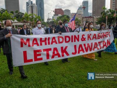 """在各党领袖于独立广场完成演讲后,众议员手持""""慕尤丁与内阁总辞""""的布条步行至国会,表达不满。(摄影:Hasnoor Hussain)"""