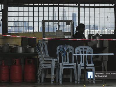 Pekerja restoran menyediakan makanan untuk dibungkus kepada pelanggan di Cheras, Kuala Lumpur.– Gambar The Malaysian Insight oleh Seth Akmal, 8 September, 2021.