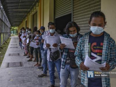 Sebahagian daripada pekerja asing beratur menunggu giliran untuk mendapatkan vaksin Covide-19 di Dewan Serbaguna Kg Raja, Cameron Highlands.– Gambar The Malaysian Insight oleh Nazir Sufari, 4 Oktober, 2021.