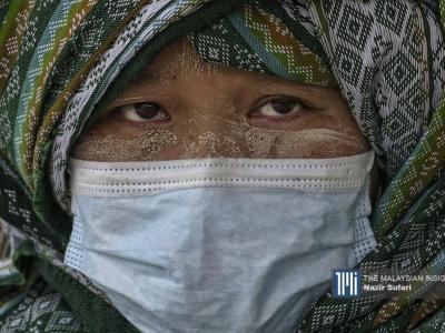 Seorang wanita warga Myanmar menunggu giliran untuk mendapatkan suntikan vaksin Covid-19 di Dewan Serbaguna Kg Raja, Cameron Highlands.– Gambar The Malaysian Insight oleh Nazir Sufari, 4 Oktober, 2021.