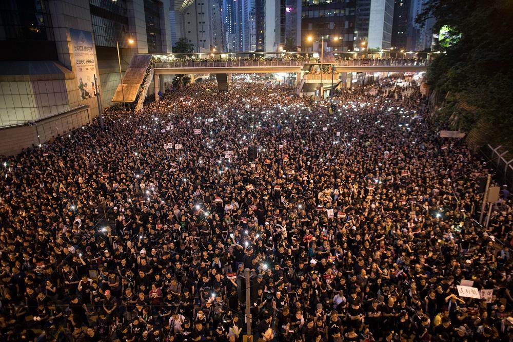 港人不满香港政府强硬傲慢的态度,在掌握足够立法票数下,罔顾民意、跳过社会讨论,违反民主精神。(图:欧新社)