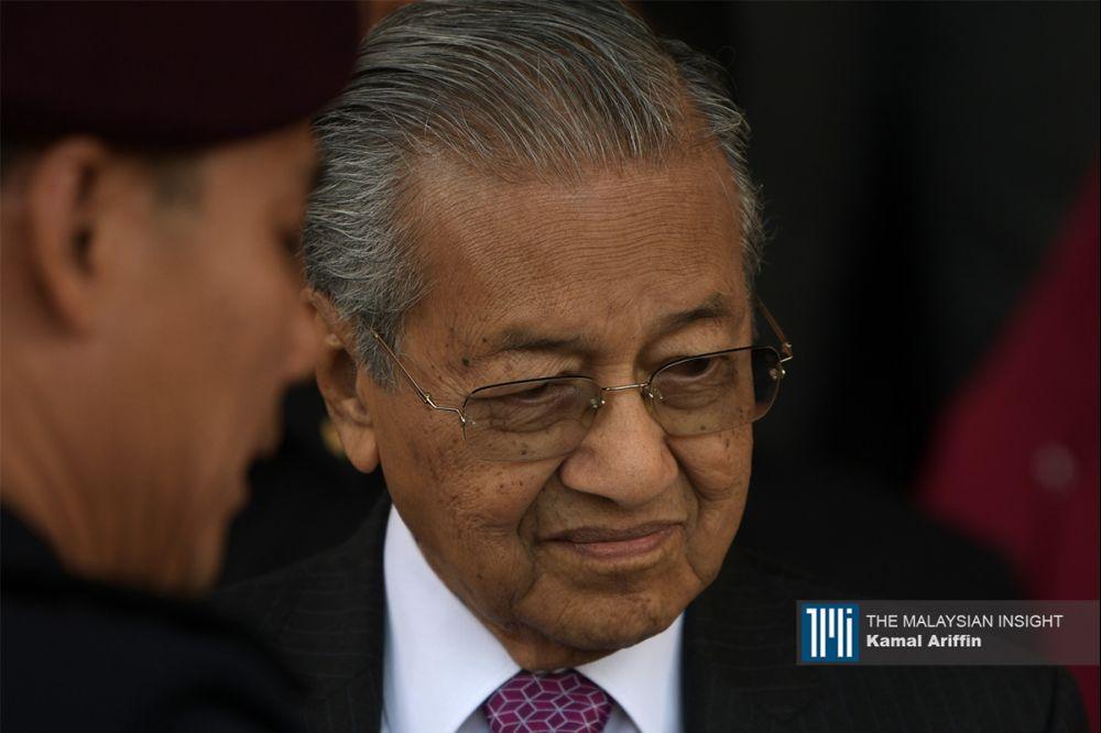 马哈迪先后透过首相办公厅及土著团结党党魁办公室发表简短声明,辞去首相和党魁职。(档案照:透视大马)