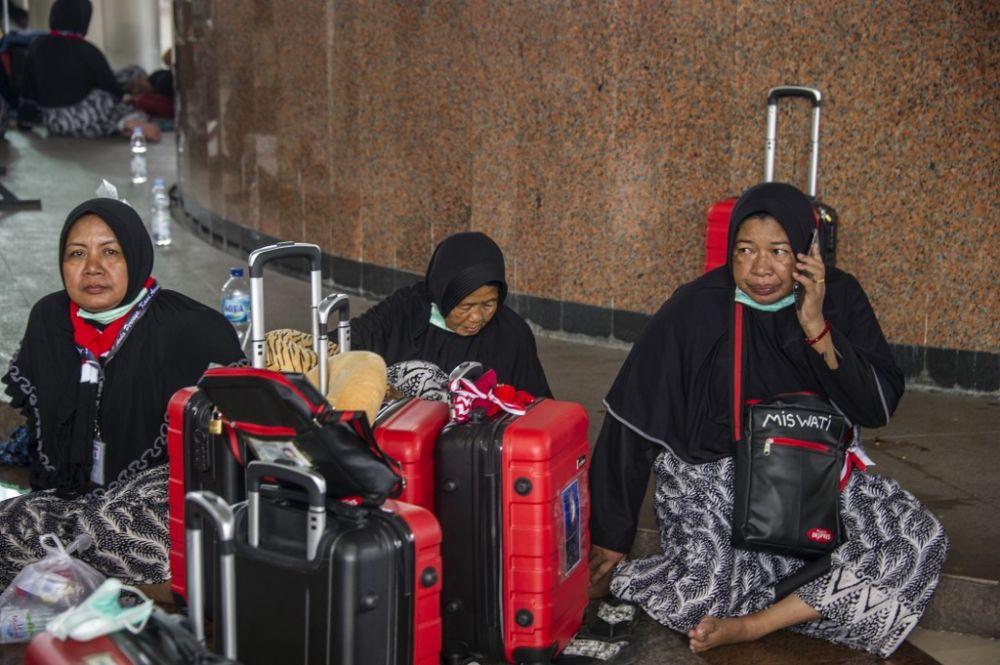 Saudi Arabia suspends Umrah pilgrim visits over coronavirus fears
