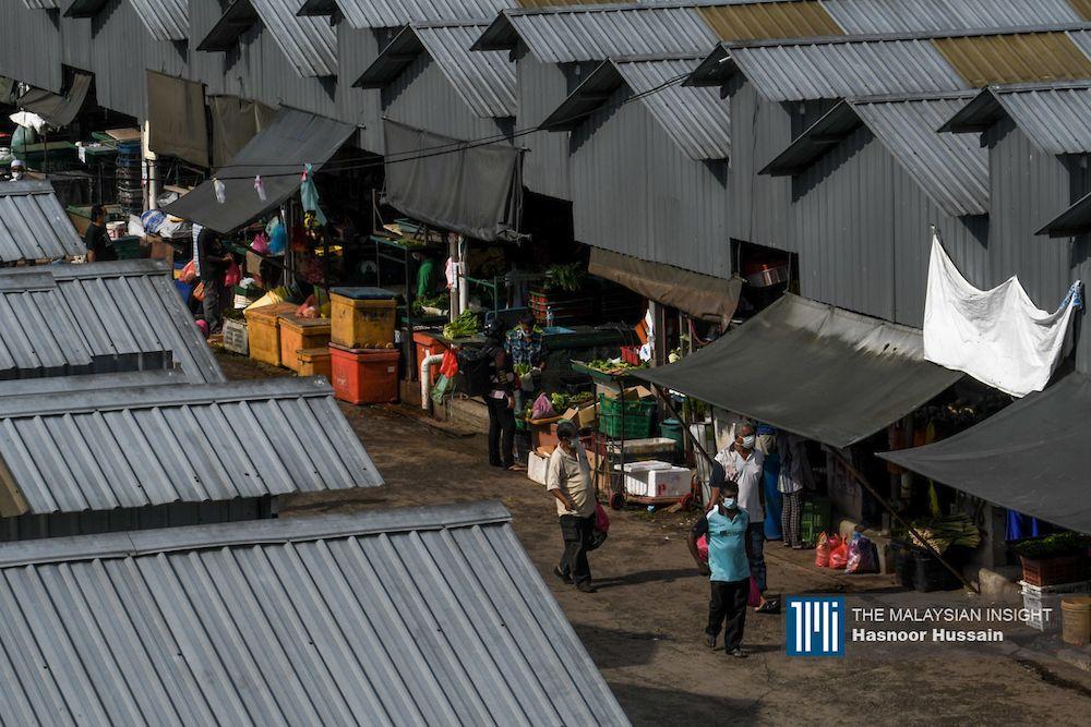 吉隆坡批发公市的蔬菜供应,有40%是来自金马仑园地,其余是进口蔬菜和平原菜园,预计番茄、日本小黄瓜供应量会受到影响。(档案照:透视大马)