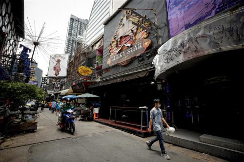 遏制疫情传播 泰国暂关闭41府娱乐场所2周