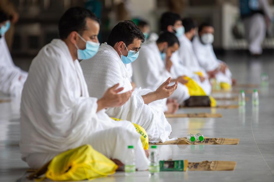 Jemaah haji berdoa di Masjidil Haram. Semua 1,000 jemaah yang dijemput menjadi tetamu Allah adalah mereka yang sedia menetap di Arab Saudi, termasuk bukan warganegara.– Gambar EPA, 30 Julai, 2020.