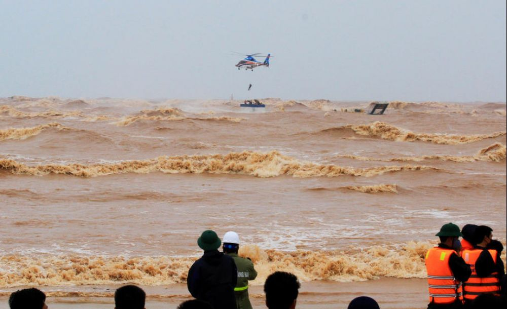 Floods, rough seas kill 18 in Vietnam