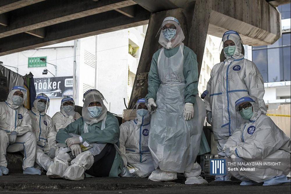 马来西亚的医疗系统再一次到了临界点,让前线医务人员精疲力尽,直指他们与工厂外劳无异。(档案照:透视大马)
