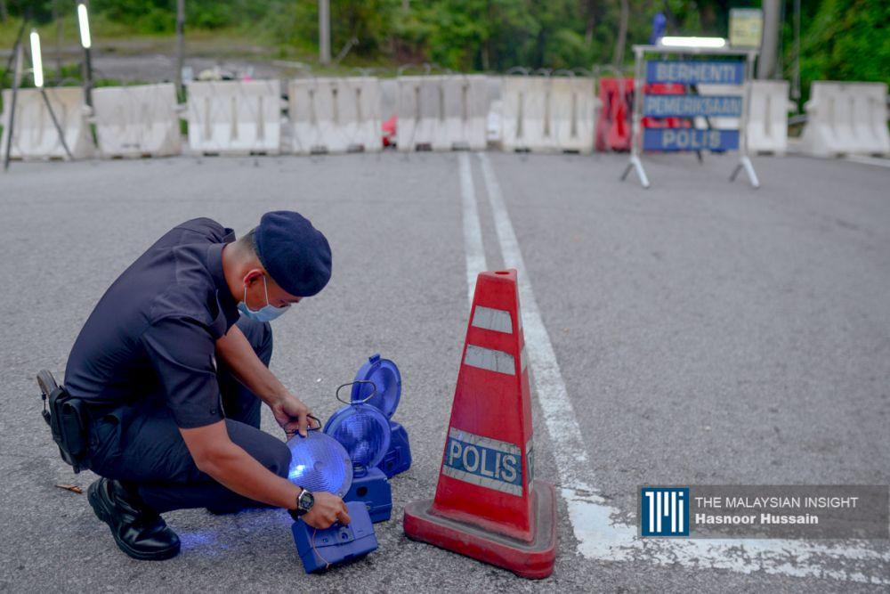 警方在村内设置路障,限制村民的进出。(档案照:透视大马)