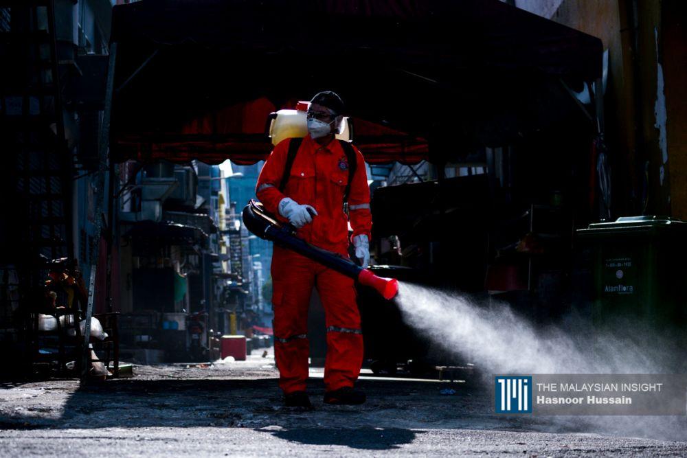 雪州全面进行消毒工作,确保降低感染率。(档案照:透视大马)