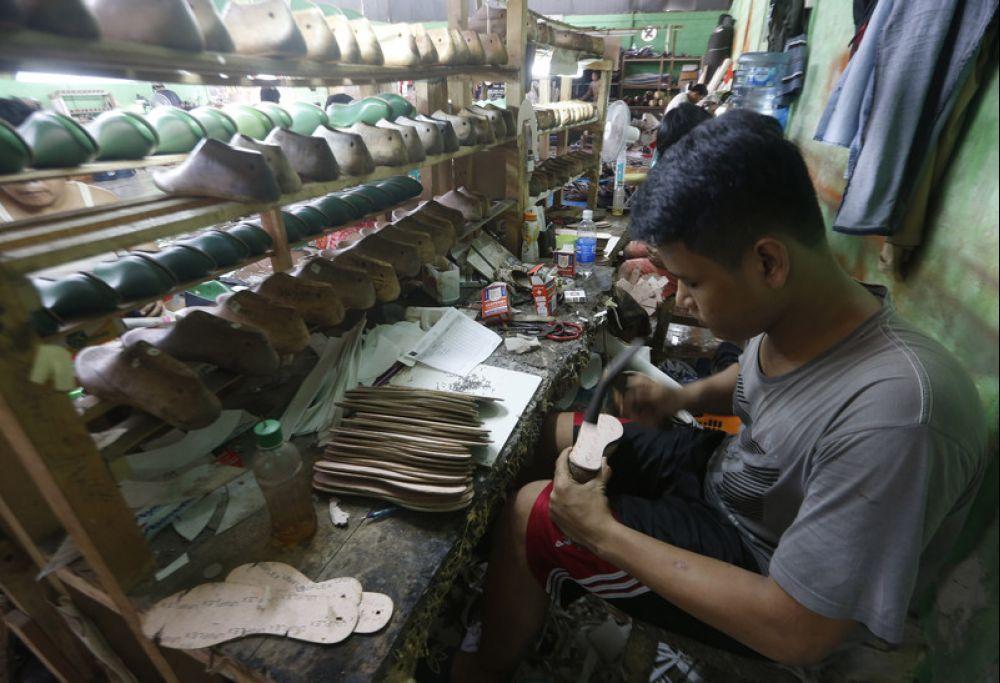 马来西亚制鞋的行业多数是靠手工艺,所以如果把工厂关闭了,人手流失了,以后要找回他们是很难的事情。(图:欧新社)